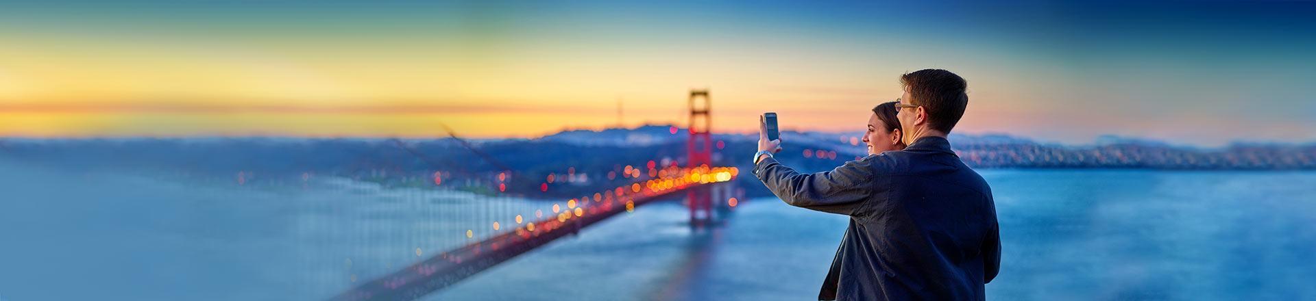 Pärchen macht Handy-Bilder