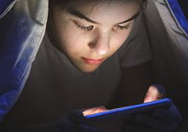 Beste Kinder-Apps: Junge mit Handy