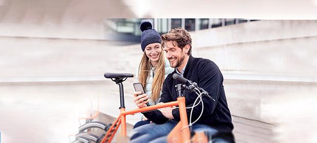 Mann und Frau nutzen Whatsapp-Alternative