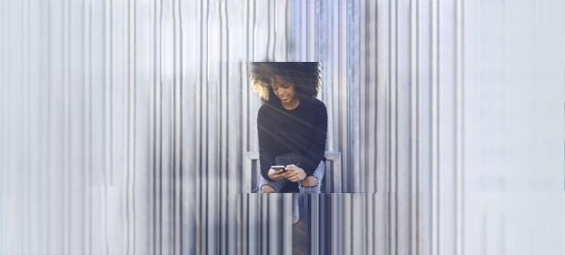 Hotspot einrichten: Frau mit Handy