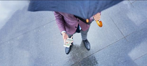 Mann hält Handy mit Wasserschaden