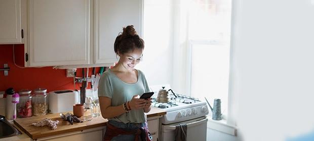 Frau nutzt die beste Rezepte-App