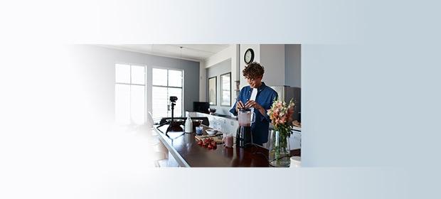 Haushaltsbuch-App: Mann in Küche