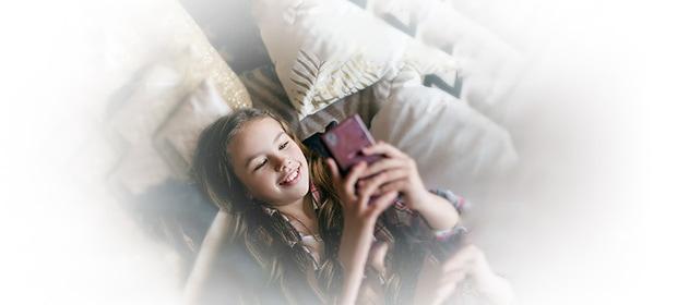 Beste Kinder-Apps: Mädchen mit Handy