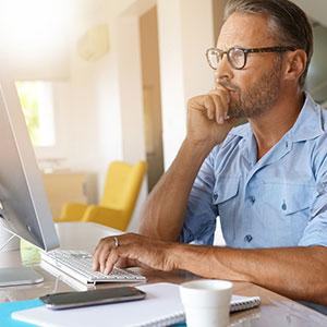 Selbständiger arbeitet am Computer