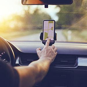 Handy in Handyhalterung wird als Navi verwendet