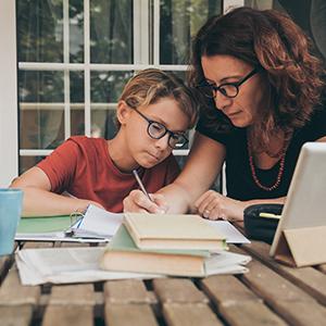 Mutter und Sohn beim Home-Schooling
